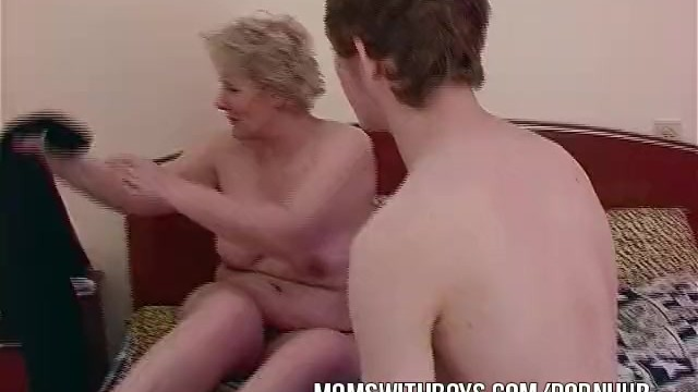 lesbian cougar eating pussy