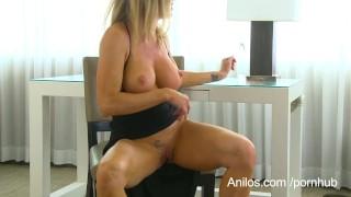 Bigtit cougar Amber Michaels treatsher dripping cunt