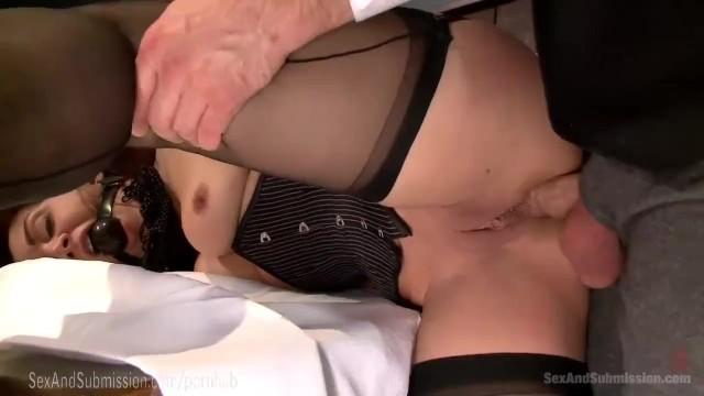 Film porno avec: Il donne sa fille a baiser pour payer ses dettes