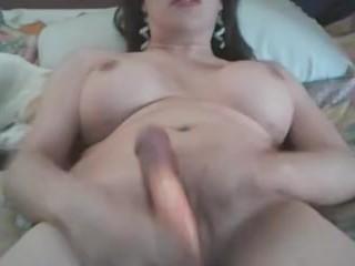 Si masturba con un dildo nel culo mentre si sega. Amatoriale transessuale italiano