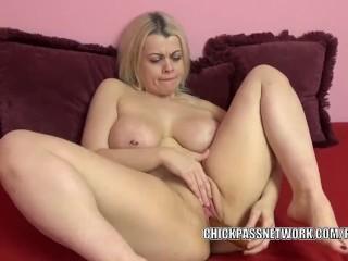 Curvy MILF Nadia White makes herself cum with a big dildo