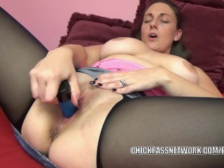 Brunette MILF Melanie Hicks lifts her skirt to masturbate