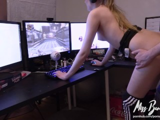 She tries to play Apex Legends