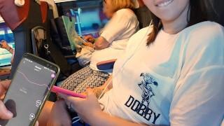 Il mio amico controlla il mio dildo bluetooth sul treno finchè io...
