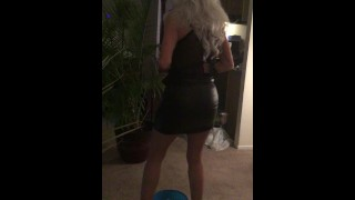 Mature Cougar pissing in bowl w huge butt