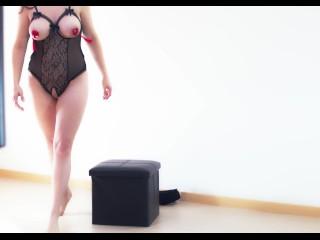 La milf fa uno spogliarello e si masturba con orgasmo finale.
