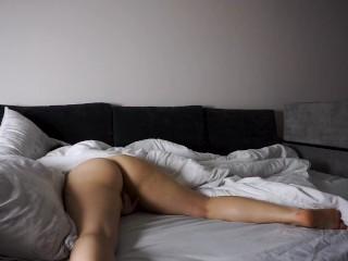 Теребит киску перед сном - настоящий оргазм