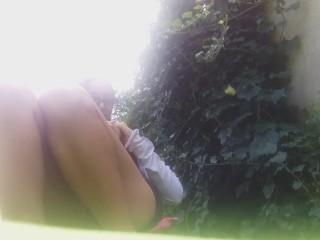 mia fa la pipì in giardino