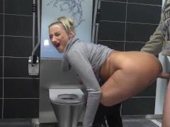 Deutsche Milf in der Toilette gefickt