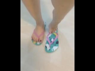 @tici_feet IG tici feet showing feet wearing havaianas