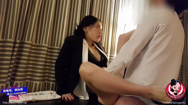 Porno ดูหนังโป๊จีนแนวพนักงานเย็ดหลังเลิกงาน June Liu สาวจีนเซ็กส์ซี่เย็ดหีสาวหมวยรูหีฟิตมาก จับเย็ดบนโซฟาก่อนอุ้มขึ้นเย็ดกันบนโต๊ะ ยืนกระเด้าหีแรงโต๊ะแทบหัก