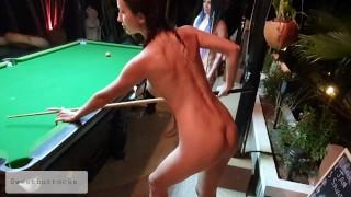 Две голые шлюшки играют в бильярд в ночном баре