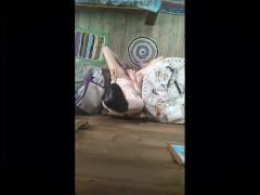 сельская женщина теребит свою волосатую киску и получает оргазм - GinnaGr