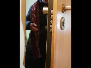Sega dietro alla porta guardando la signora attempata.