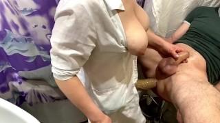 Pegging Amateur with Russian nurse (Медсестра трахает анал парня)