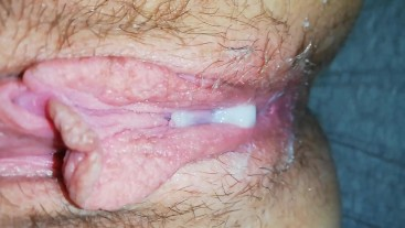 squeezing the cumload out of my pussy closeup