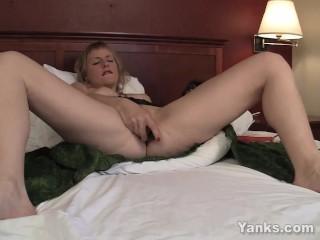 Yanks MILF Josie Vibrating Her Pussy