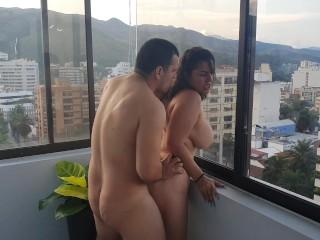 Me follan frente a todos mis vecinos en el balcón