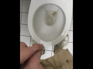 Geil in die Toilette gepisst!