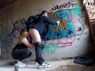 Римминг парню когда он рисовал граффити, а после я трахнула его страпоном