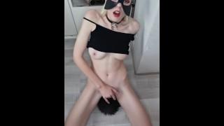 Девочка в Маске Мышки мастурбирует на коленках и получает оргазм