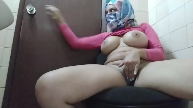 Real Hijabi Muslim Mom Trying To Stay Quiet And Masturbate Behind Husbands Back To Orgasm Squirt