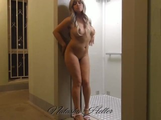 Exhibitionist wife, shows herself in the entrance!