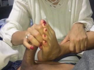 Masturbación con pies y manos en pijama CREAMPIE