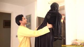 Muslim bhabhi ne Burka utha ke apne bhaiya se gaand chudwa li