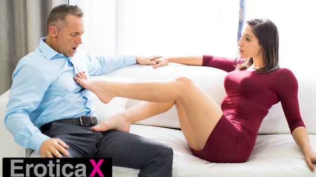 Abella Danger und Keisha Grey tauschen Sperma, nachdem sie bei einem Dreier gefickt wurden