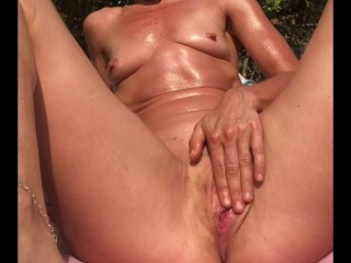 exhibitionist squirting in public — private show for the neighbors ! Shelby Squirts makes a mess !