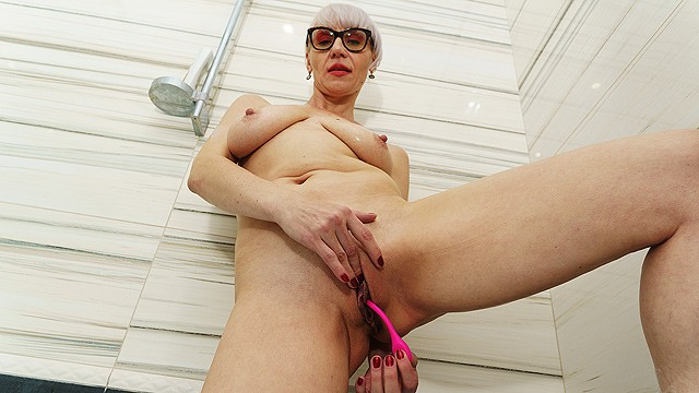 stepmom first naked bathtub video