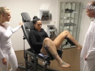 Mein Frauenarzt schwängert mich. Seine Assistentin hilft dabei