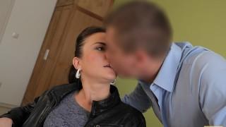 VIP4K. Agente de préstamos travieso usa sus poderes para follar a hermosa chica