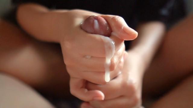 精子に興味深々な発情期のJK。ぬるぬる手コキで射精待ち