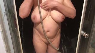 Mamuśka bierze prysznic i się masturbuje