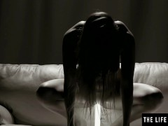 Watch this erotic beauty with a perfect body masturbating avidly