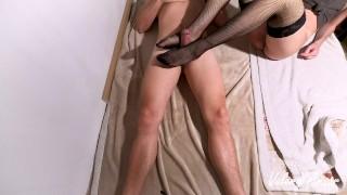Sega coi piedi di una ragazza italiana sborrata sulle calze - HD 4K