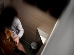 Zoccoletta sexy aspetta uno sconosciuto nel bagno dei maschi del ristorante per farsi scopare