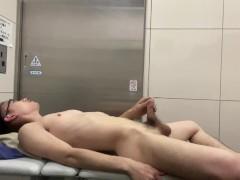 顔出し 素人男子高校生 駅のトイレで全裸で横になって変態巨根オナニー 自分のキンタマに大量に射精しちゃう