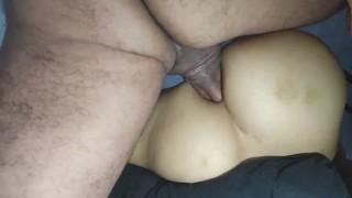 Le ruego al mejor amigo de mi esposo para que me folle el culo, sexo anal amateur profundo, creampie