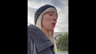 Littleangel84 - J'ai embarqué un fan qui m'a reconnu pour me goder le cul et une faciale - Défi 9