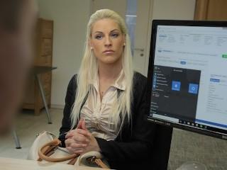 Imagen LOAN4K. La chica está cansada de trabajar como vendedora, entonces por qué folla duro