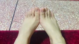 لحس أقدام : مطلوب كلب لحس أرجل بنت ساخنة - Hot feet for my slave to lick