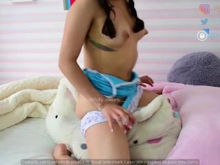 chica caliente se masturba en la mañana con su almohada, mientras sus padres duermen