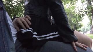 Секс в парке на скамейке