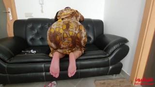 سعودية مربربة ترينا قدمها الرائعة.. يا ترى من يلحس؟