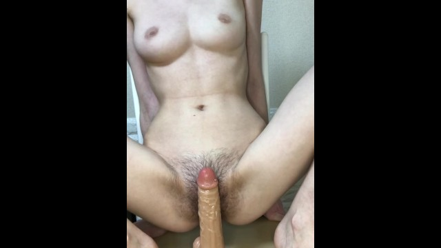Giapponese magra si masturba la vagina pelosa e cremosa e infila un dildo