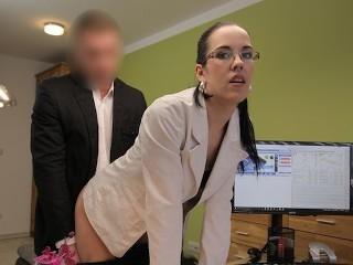 LOAN4K. Extraño, que trabaja en la oficina de préstamos, chica para sexo