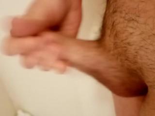 Twink se masturbe dans la salle de bain